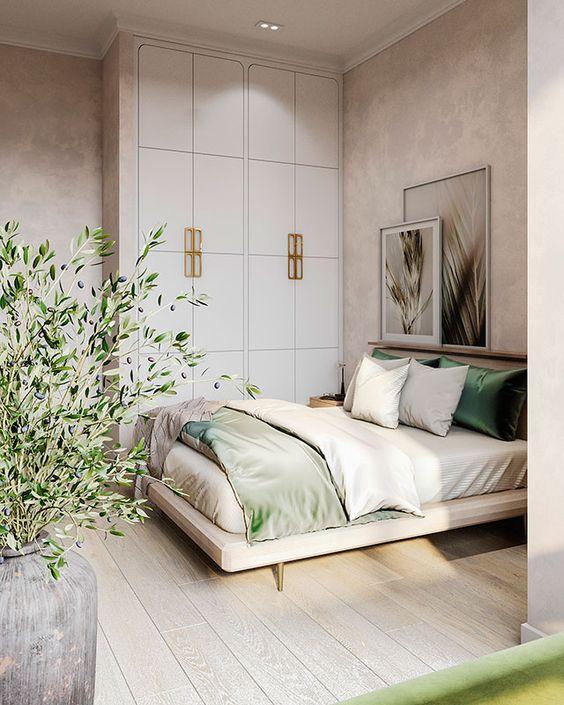 una camera da letto piccola ma accogliente sembra più grande grazie alla combinazione di colori neutri e una sporgenza con arte sopra il letto