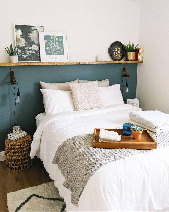 una minuscola camera da letto resa grande da una sporgenza che la allarga e da uno schema di colori neutri che la rende visivamente più grande