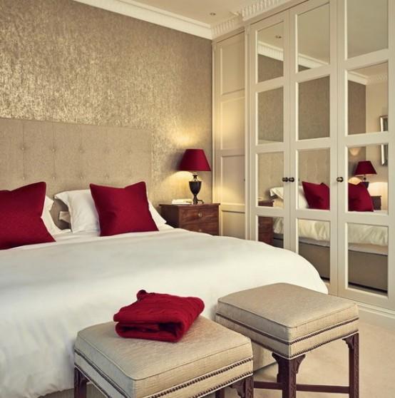 una testiera allungata più ante a specchio dell'armadio rendono la camera da letto più grande e accogliente