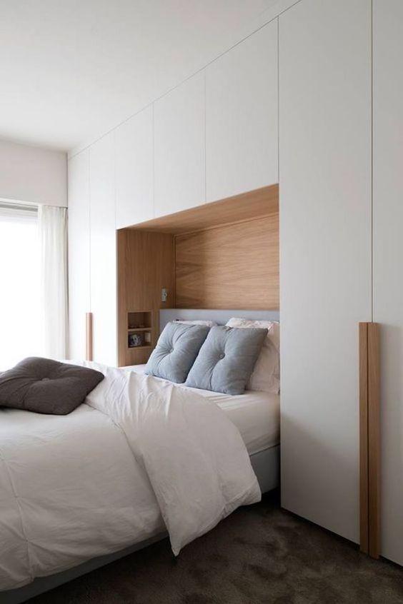 mobili dal pavimento al soffitto offrono molto spazio di archiviazione, non ingombrano la camera da letto e la rendono più grande