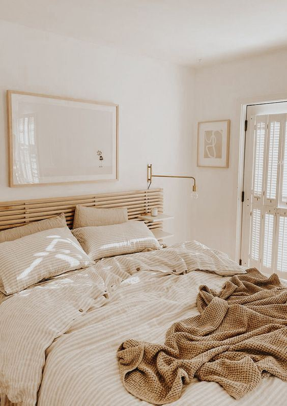tutti i neutri fanno sembrare la camera da letto più grande e invitante grazie alle tonalità morbide e calde