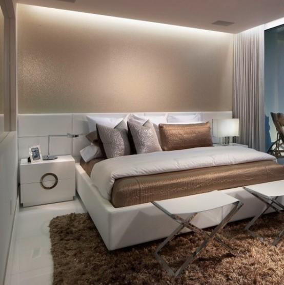 neutri, arredamento marrone chiaro e marrone, luci incorporate e tocchi di metallo compongono la piccola camera da letto più grande e molto lussuosa