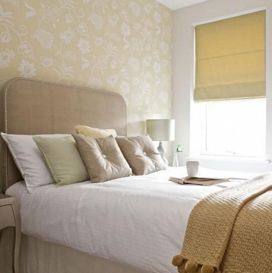 solo i neutri usati per l'arredamento di questa camera da letto, fanno sembrare il piccolo spazio più grande e accogliente
