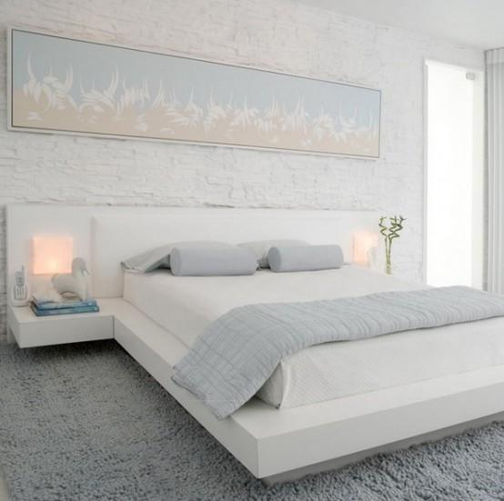 una piccola camera da letto completamente realizzata in pastelli bianchi e chiari si sente e sembra più grande e più invitante