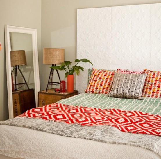 un'estesa testiera a motivi geometrici realizzata con pannelli è una bella idea per un piccolo spazio, la biancheria da letto luminosa aggiunge alla stanza