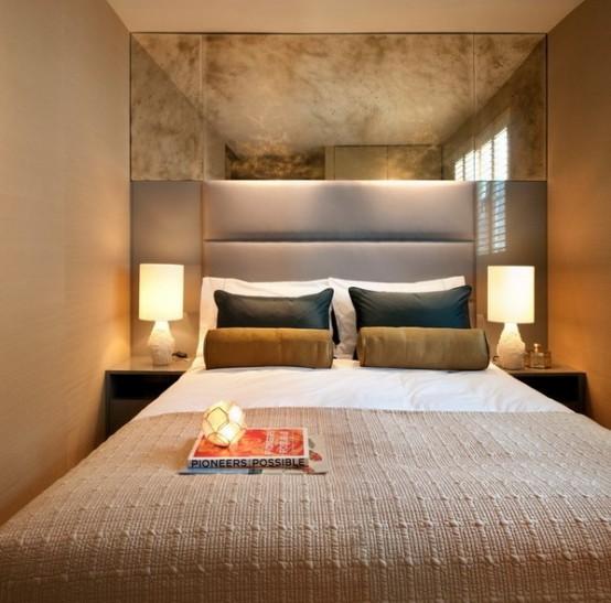 pannelli orizzontali e uno specchio vintage sopra il letto fanno sembrare la piccola camera da letto più grande e più fresca