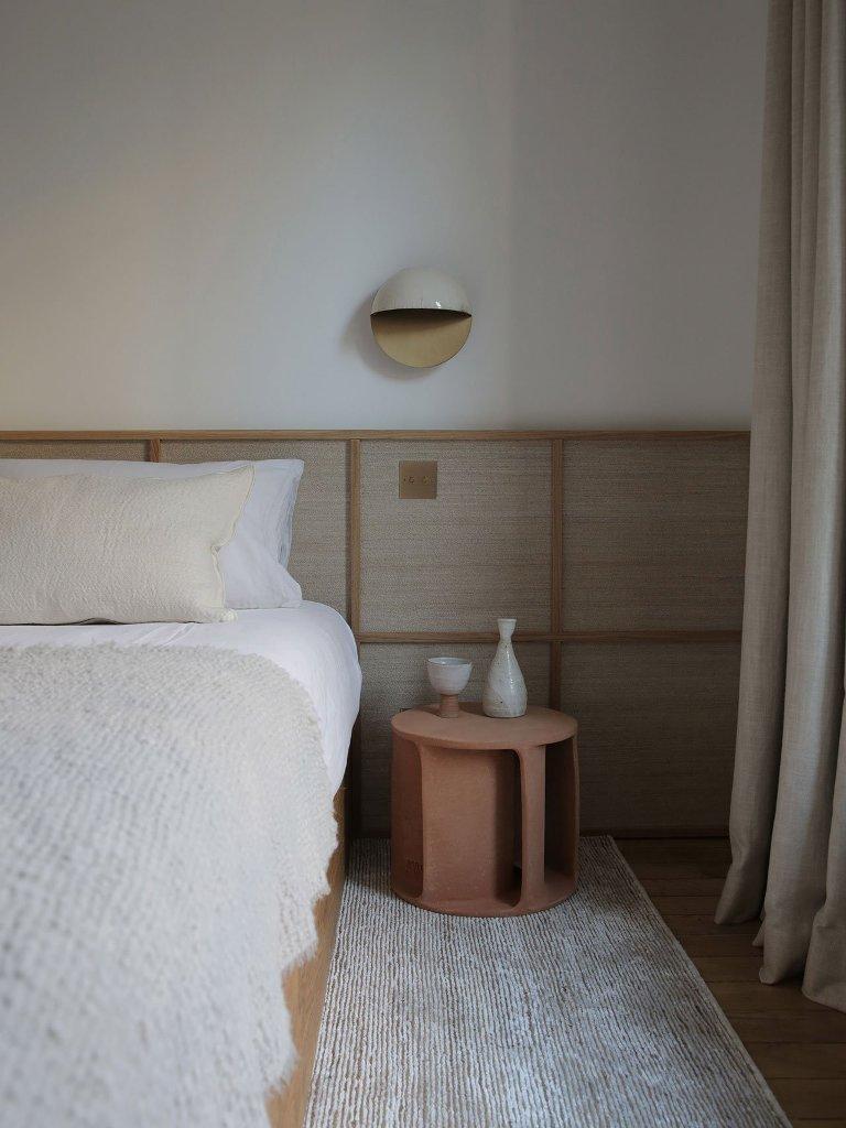 La camera da letto è molto rilassante e tranquilla, con pannelli in legno, comodini in terracotta, applique