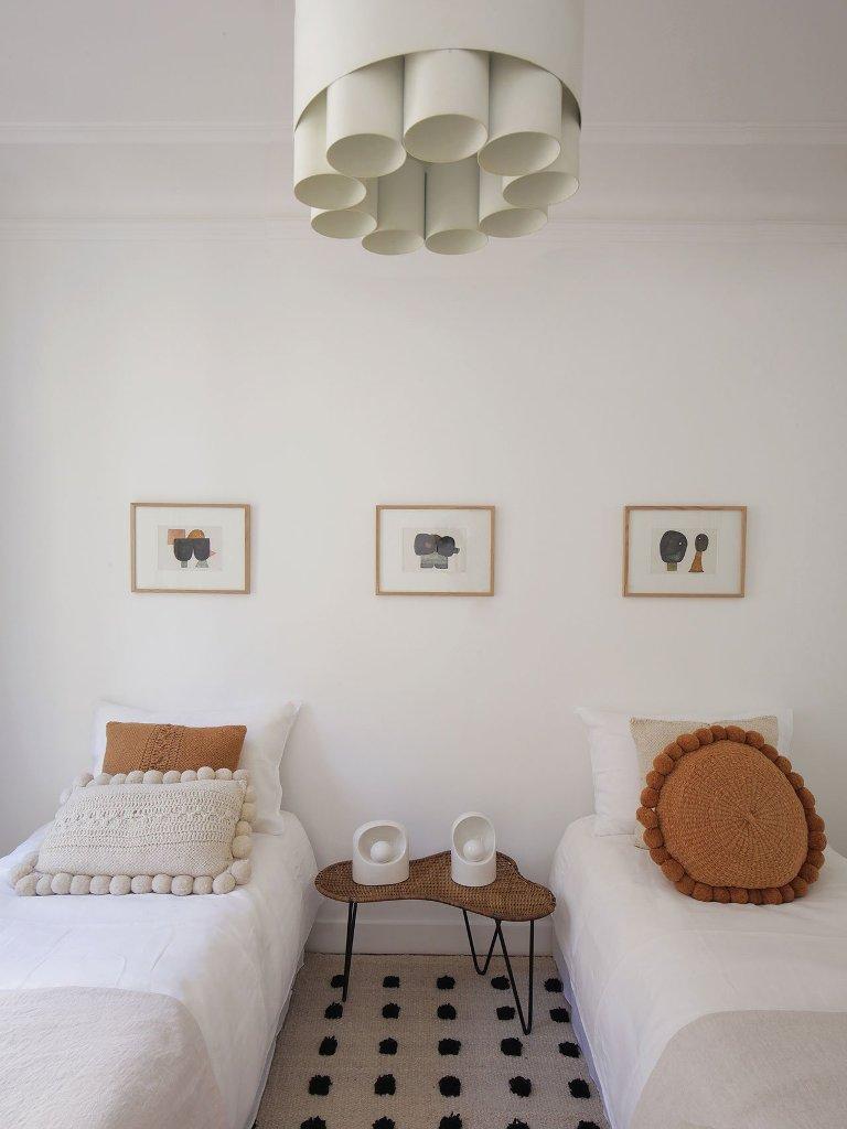 La camera degli ospiti mostra un tavolo intrecciato, un lampadario a tubo fresco e alcuni tocchi luminosi