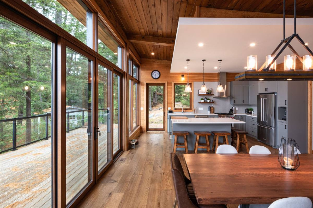 Il layout principale è composto da una cucina, una sala da pranzo e un soggiorno, con molta luce naturale e artificiale