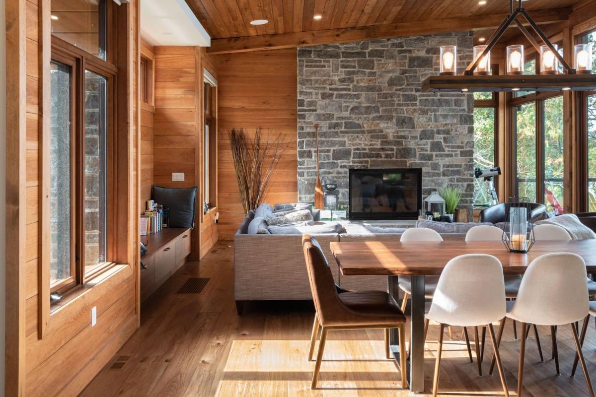Il soggiorno sfoggia un elegante divano ad angolo e un caminetto incorporato