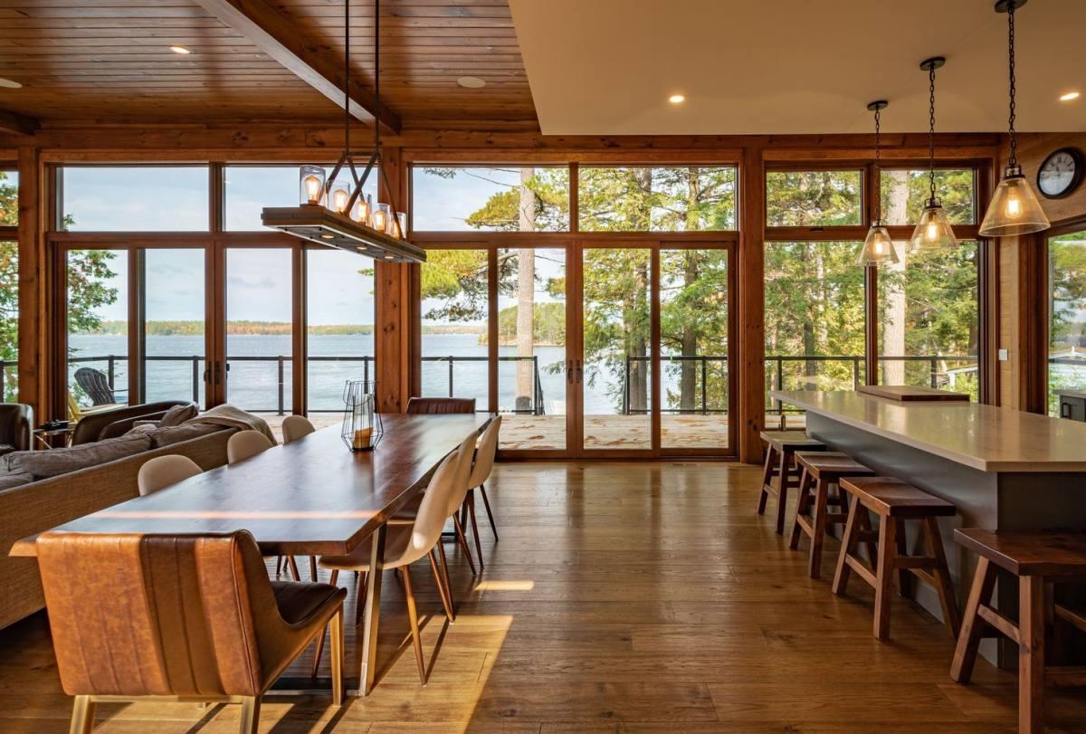 La sala da pranzo è composta da un lungo tavolo e comode sedie più un lampadario in legno