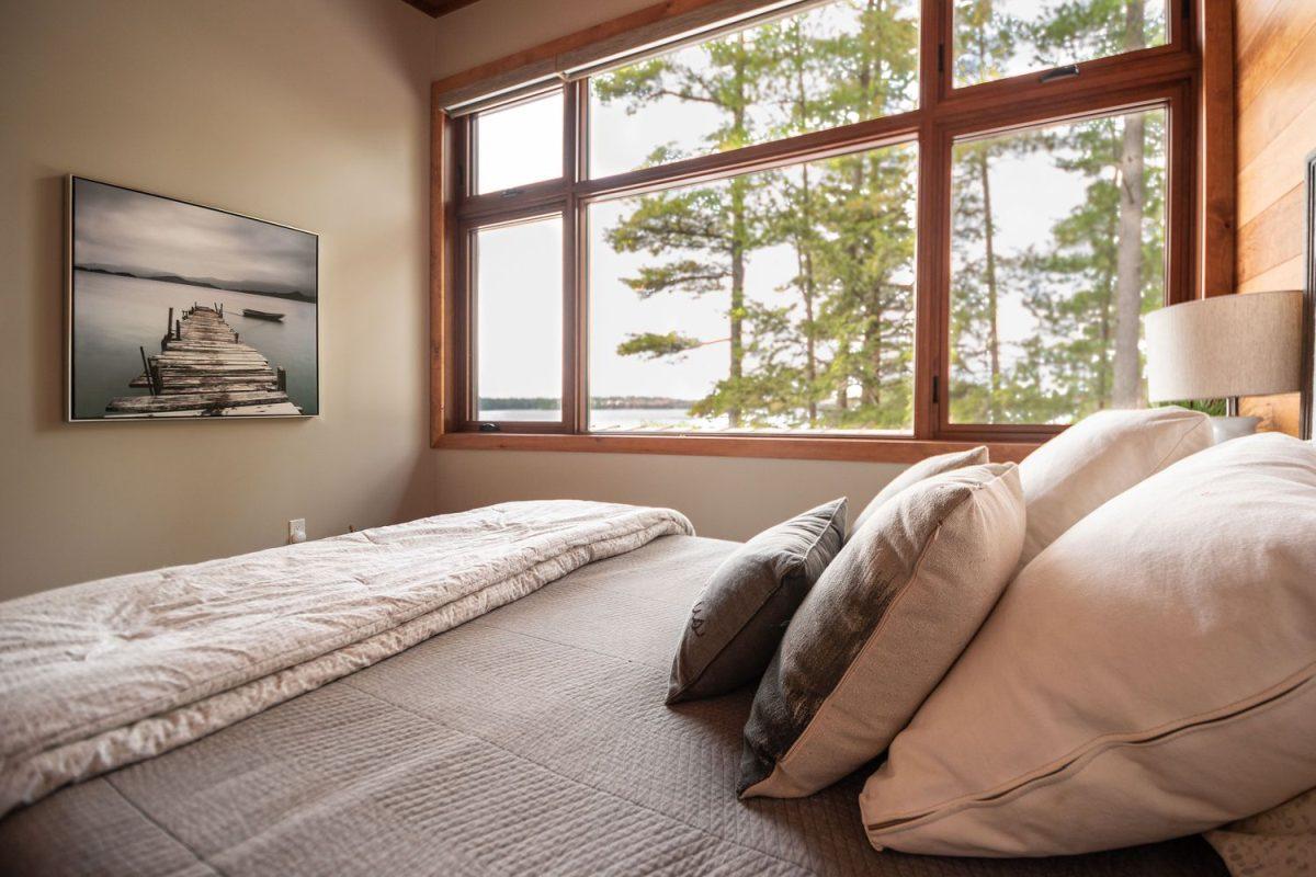 Le camere da letto sono semplici e laconiche e sono arredate in colori neutri, con viste meravigliose