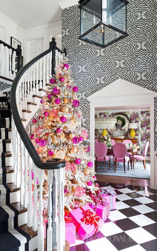 un albero di crisma floccato glam decorato con molti ornamenti rosa