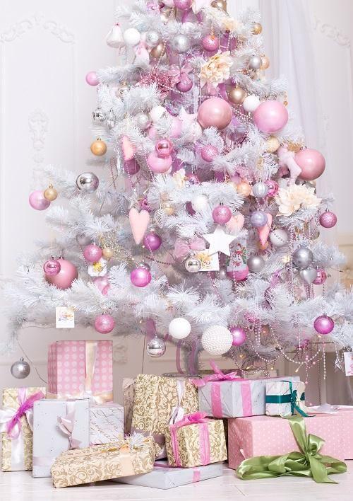 un albero di Natale bianco con ornamenti bianchi, rosa chiaro, malva e rosa caldo, perline, tocchi d'argento è puro glam e chic