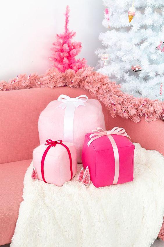 funky rosa confezione regalo cuscini natalizi, una ghirlanda di abete rosa e un mini albero di Natale rosa caldo decorazioni glam e chic decorazioni natalizie