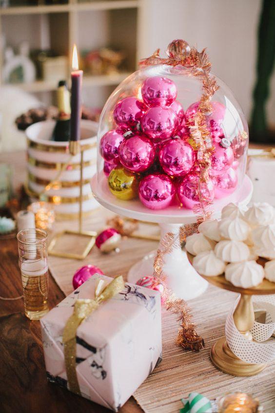 Gli ornamenti natalizi rosa caldo in una cloche diventeranno un delizioso centrotavola natalizio o una decorazione per un tavolo da dessert