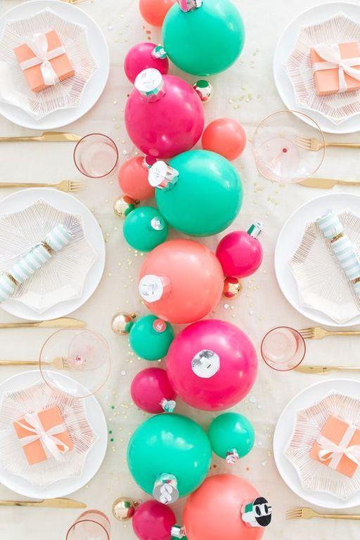 audace e divertente tavolo da vacanza con ornamenti verdi, rosa e fucsia come centrotavola, bicchieri rosa, posate dorate e piatti stampati