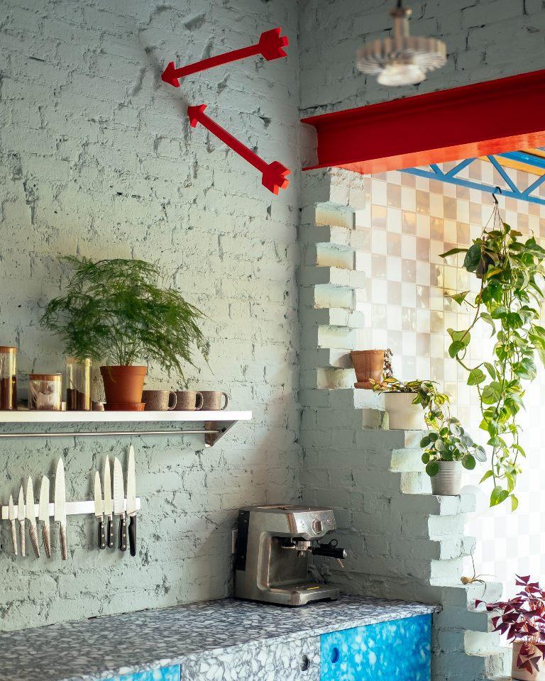 La cucina è realizzata con taglieri riciclati e tappi per bottiglie di latte