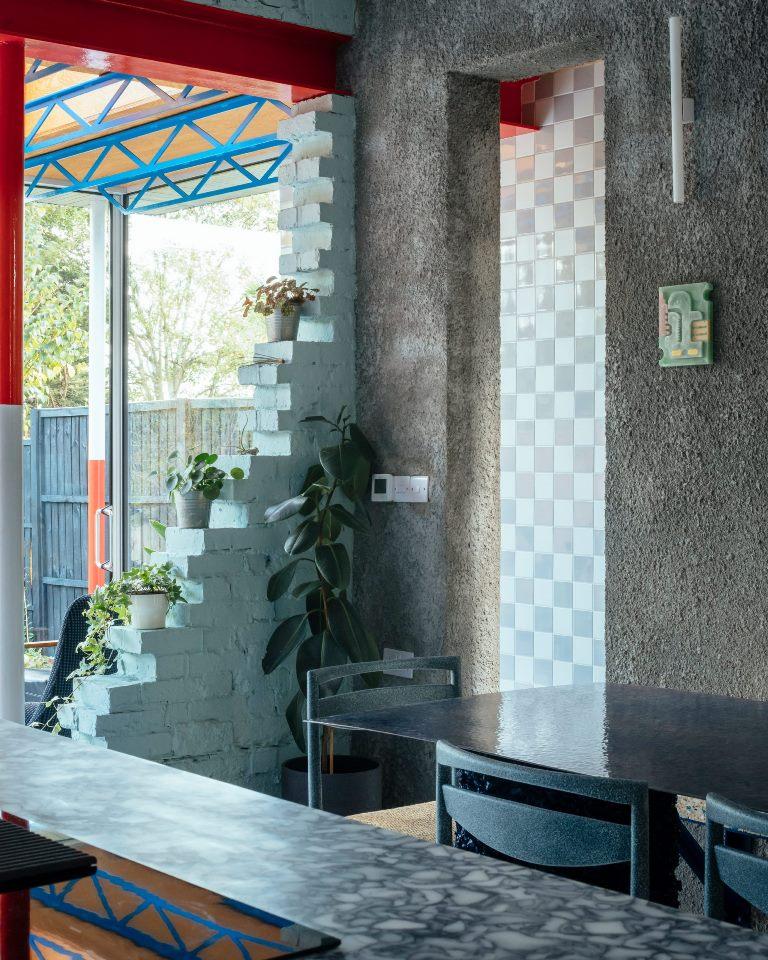 I muri semidistrutti separano la cucina dal soggiorno