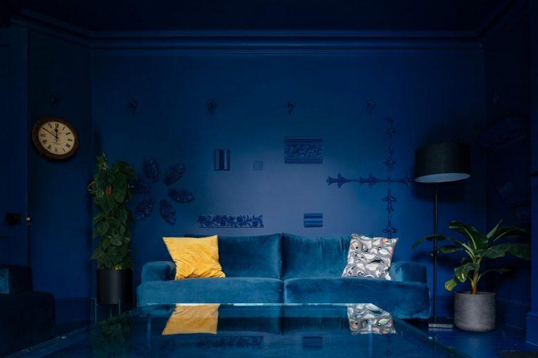 Un soggiorno monocromatico della marina è decorato con frammenti architettonici
