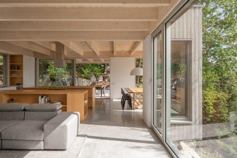 Lo spazio principale è un layout aperto con una sala da pranzo, una cucina e un soggiorno, l'arredamento è semplice e minimale