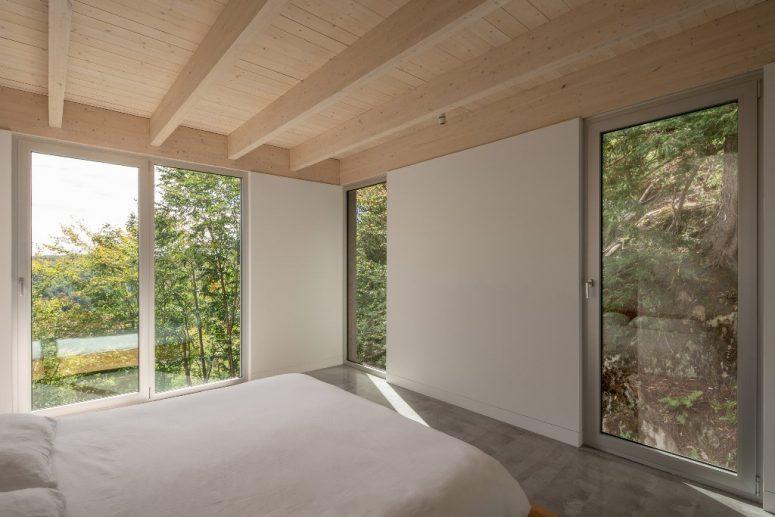 Gli alberi circostanti danno privacy alla camera da letto principale