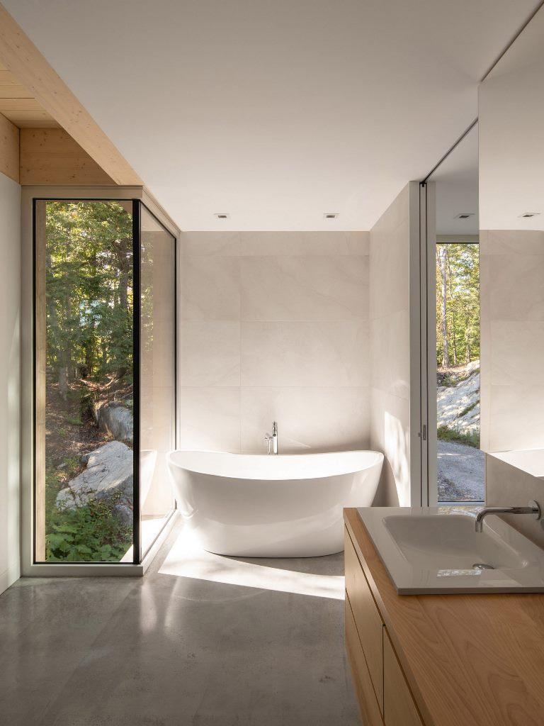 Il bagno principale dispone di una vasca da bagno con vista