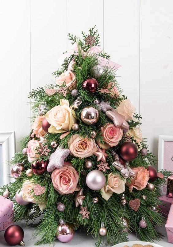 un bellissimo albero di Natale glam decorato con ornamenti metallici lucenti, rose bianche e blush, mini fiocchi di neve e stelle è un'idea adorabile