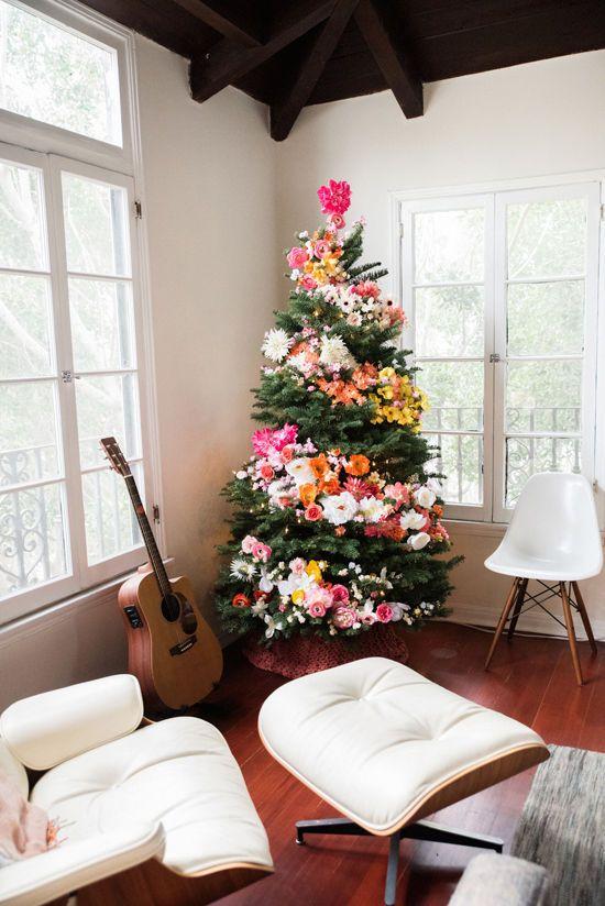 un albero di Natale decorato con fiori e luci è un'idea boho chic unica per far nascere il tuo bambino dei fiori interiore