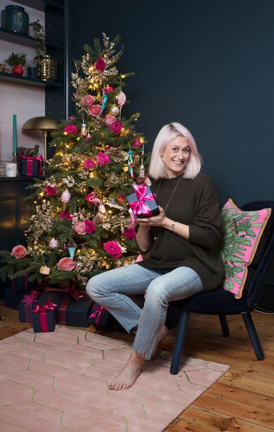 un albero di Natale luminoso con luci, fiori rosa e fucsia, coni gelato colorati è un'idea creativa e chic