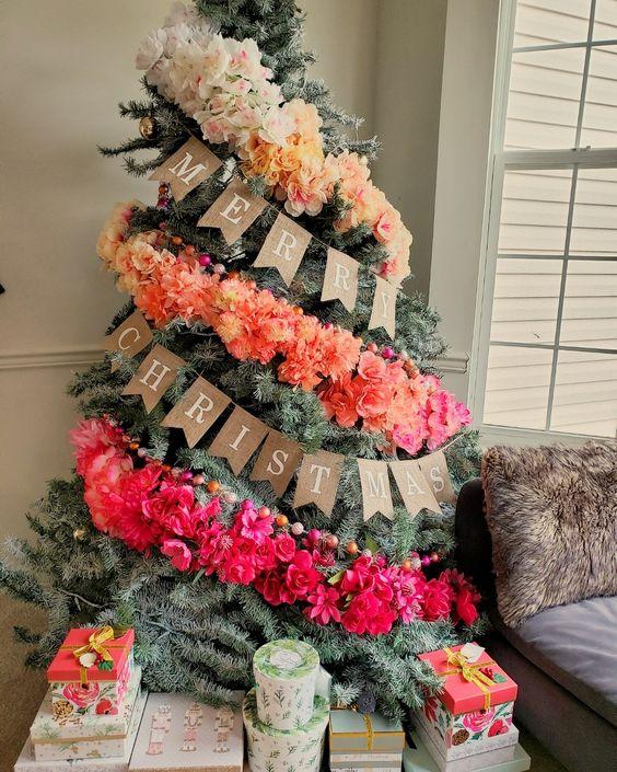 un fantastico albero di Natale ombre decorato con una ghirlanda floreale finta ombre e perline di legno colorate è un'idea adorabile e audace