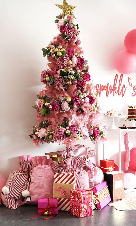 un albero di Natale audace con un sacco di decorazioni rosa