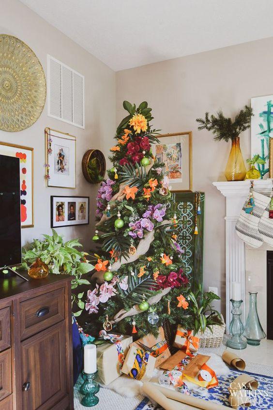 un albero di Natale tropicale decorato con foglie tropicali e fioriture super audaci per chi ama i tropici ma non può andarci ora