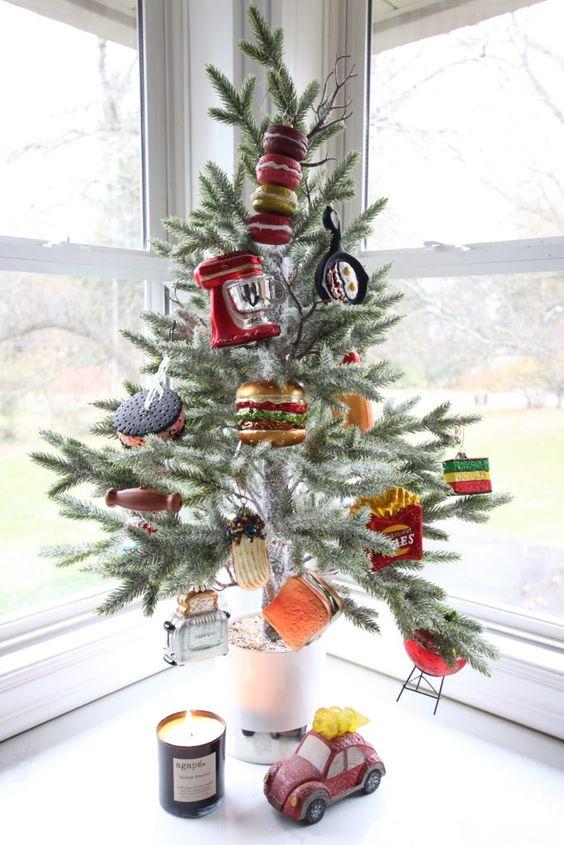 un albero di Natale da tavolo creativo e molto divertente decorato con finto cibo e applausi è un'idea fantastica e divertente per la tua cucina