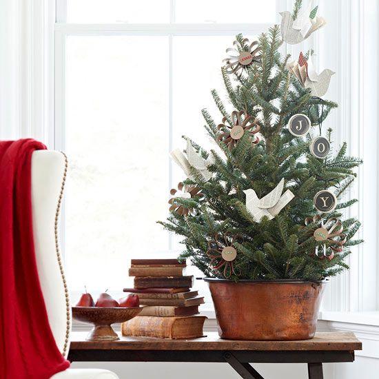un albero di Natale da tavolo rustico vintage con uccelli di carta, ornamenti di lavagna e quelli di cartone è un'idea adorabile e facile