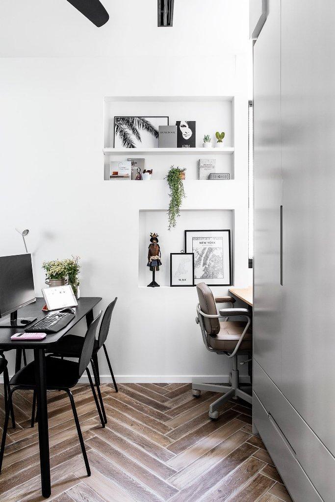 C'è anche un piccolo ufficio in comune con nicchie per l'archiviazione e un paio di spazi di lavoro