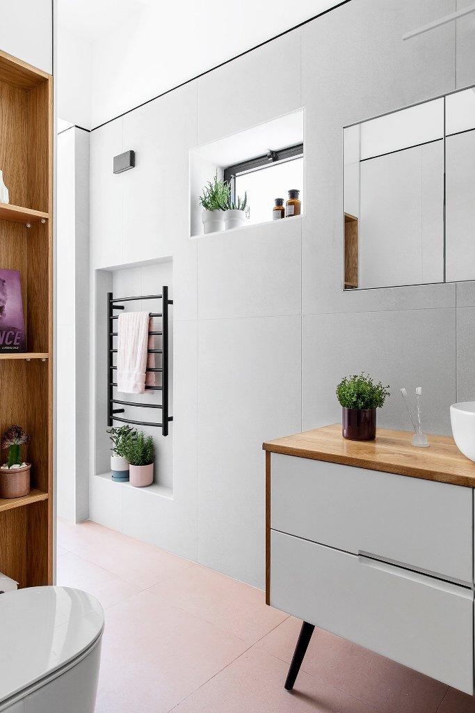 Il bagno è elegante e neutro, con piccole finestre, nicchie per riporre gli oggetti