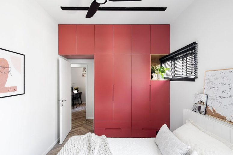 Questo accento rosso è un elegante mobile contenitore che occupa un'intera parete