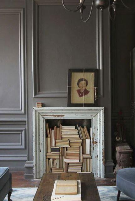 un camino shabby chic rivestito con una raffinata cornice d'epoca e con tanti libri all'interno è un'idea raffinata e audace