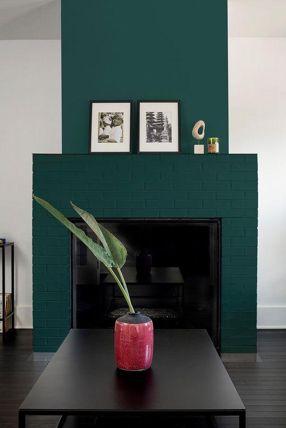 un fantastico camino in mattoni verde acqua abbellisce una stanza monocromatica rendendola più audace e accattivante e aggiunge colore ad essa