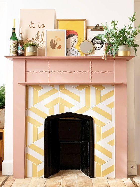 un caminetto allegro con piastrelle a strisce esagonali intorno e una mensola del camino rosa più un'arte stravagante sembra molto insolita e stravagante
