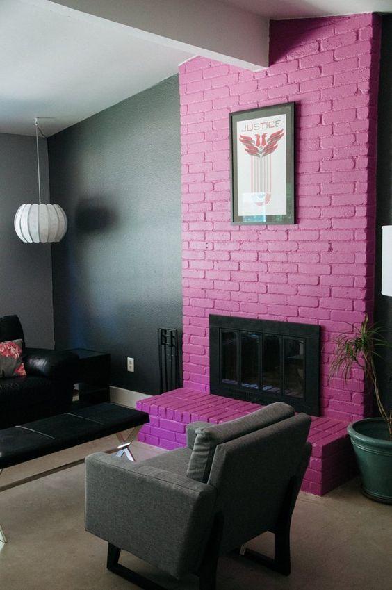 un soggiorno lunatico con un caminetto in mattoni rosa caldo che porta molto colore e rende lo spazio giocoso