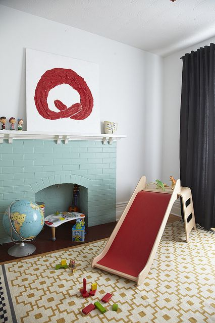 un camino in mattoni blu menta non funzionante completa la stanza dei giochi rendendola più accogliente e accogliente