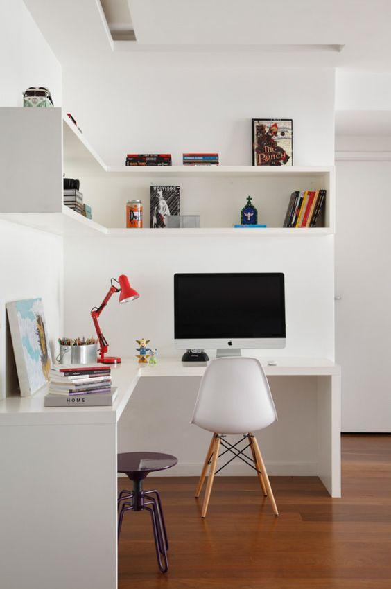 un ufficio in casa minimalista con una scrivania ad angolo e una mensola ad angolo, accessori luminosi e una lampada più uno sgabello in metallo