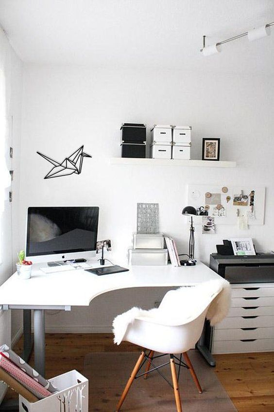 una scrivania ad angolo curva in questo ufficio a casa offre più spazio senza occupare molto spazio sul pavimento allo stesso tempo
