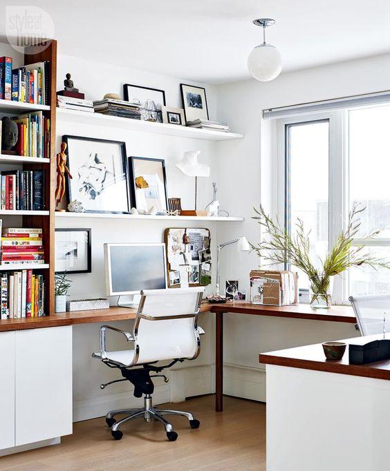 un elegante angolo ufficio moderno in bianco, con una scrivania ad angolo e una libreria su un lato e una galleria a parete sugli scaffali