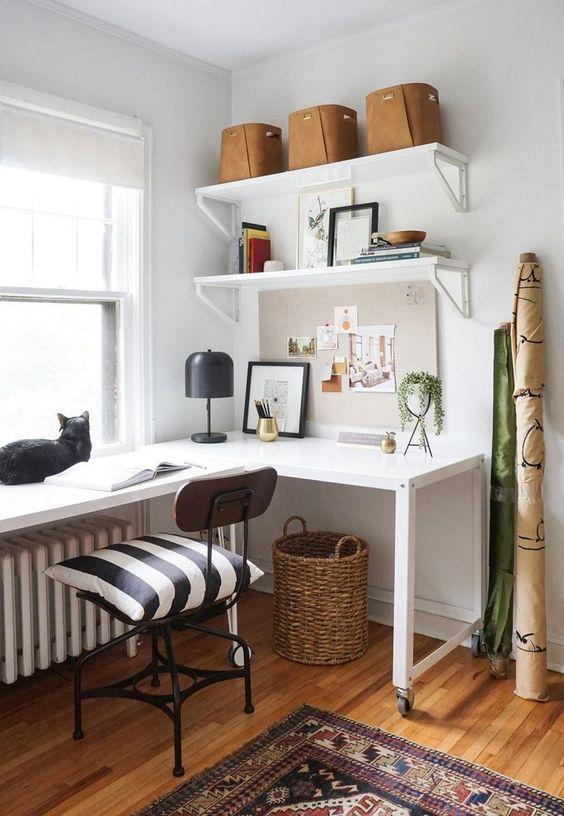un elegante home office moderno della metà del secolo con una scrivania d'angolo bianca, una sedia industriale nera e scaffali aperti è chic