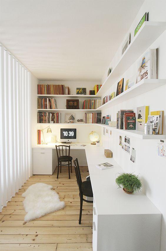 un etereo ufficio scandinavo con una grande scrivania angolare, lunghi ripiani angolari aperti, pelliccia sintetica e una parete vetrata è wow
