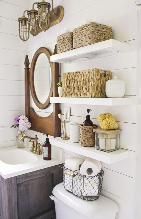 le mensole da bagno classiche aperte sopra la toilette sono un'idea elegante per un bagno rustico o da fattoria
