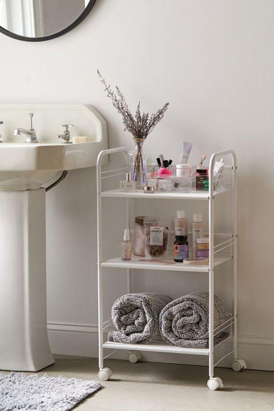 un elegante carrello a tre livelli si adatterà sia a un bagno moderno che vintage offrendoti spazio di archiviazione
